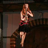 Ines Weber - Indoor Event - freischwebend Saxophon spielend