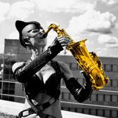 Ines Weber im Catwoman-Kostüm spielt Saxophon