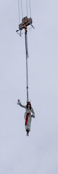 Show-Probe in Grafental: Ines Weber im Kostüm der Lichterkönigin wird vom Baukran abgeseilt