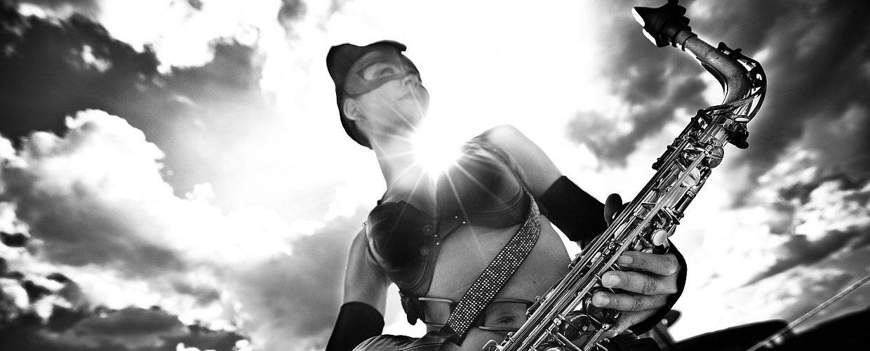 Ines Weber im Catwomankostüm mit Saxophon