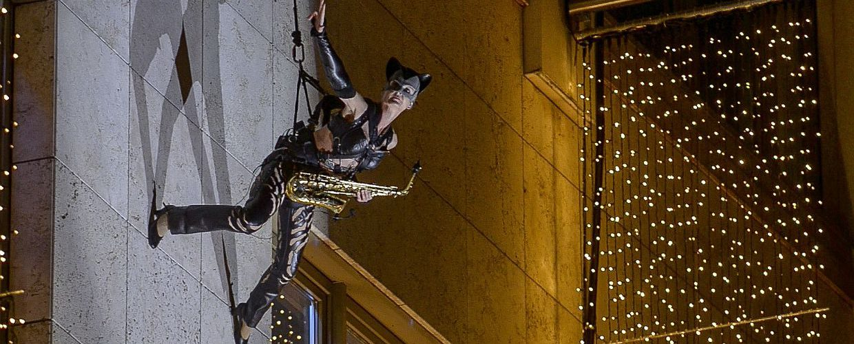 Ines Weber seilt sich als SaxCat outdoor an einer Hausfassade ab