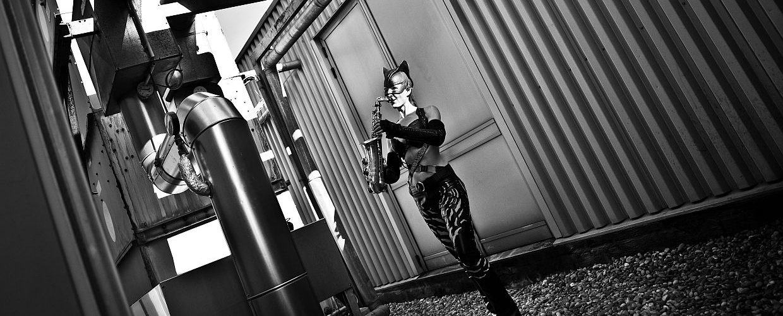 Ines Weber im Catwomankostüm spielt Saxophon