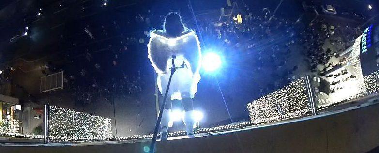 Ines Weber als fliegender Engel in den Allee Arcaden im Gegenlicht