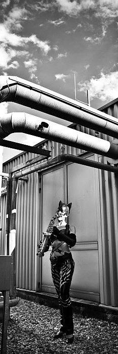 Spektakulärer Showact: Ines Weber ist Sax Cat - mit dem Flying Saxophon auf einem Firmendach