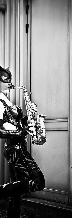 Ines Weber spielt im Catwoman Kostüm Saxophon