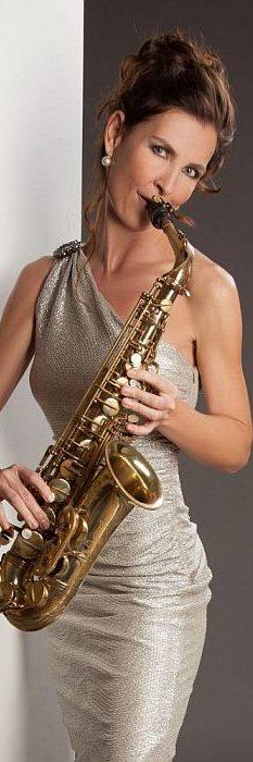 Saxophonkünstlerin Ines Weber im Abendkleid - bereit für den nächsten Lounge-Abend