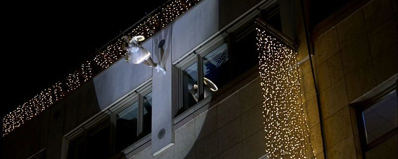 Ines Weber im Kostüm eines Weihnachtsengels beim Fassadenlauf, Saxophon spielend
