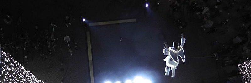 Ines Weber schwebt als fliegender Engel in den Allee Arcaden