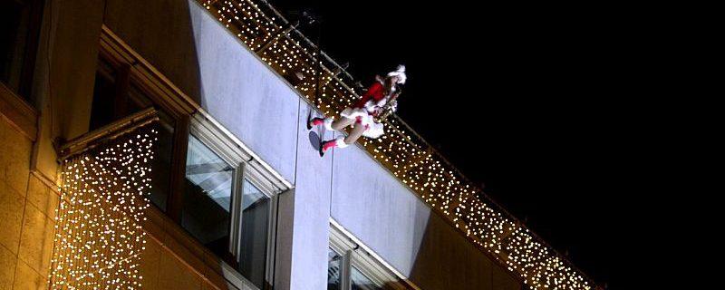 Ines Weber als Weihnachtsfrau beim Fassadenlauf mit Verticalsaxophon