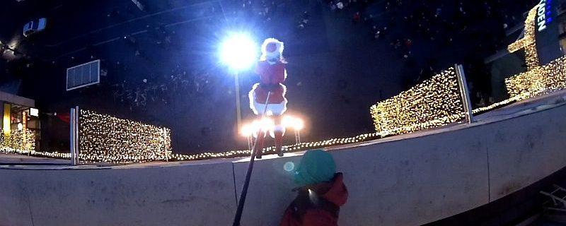 Weihnachtsfrau Ines Weber beim Fassadenlauf mit Verticalsaxophon