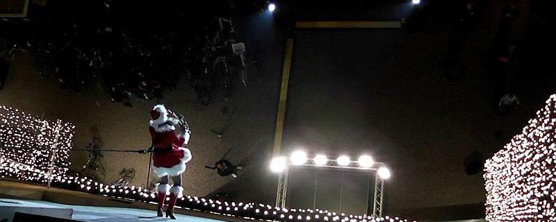 Ines Weber läuft als Weihnachtsfrau mit Verticalsaxophon die Allee Arcaden herab