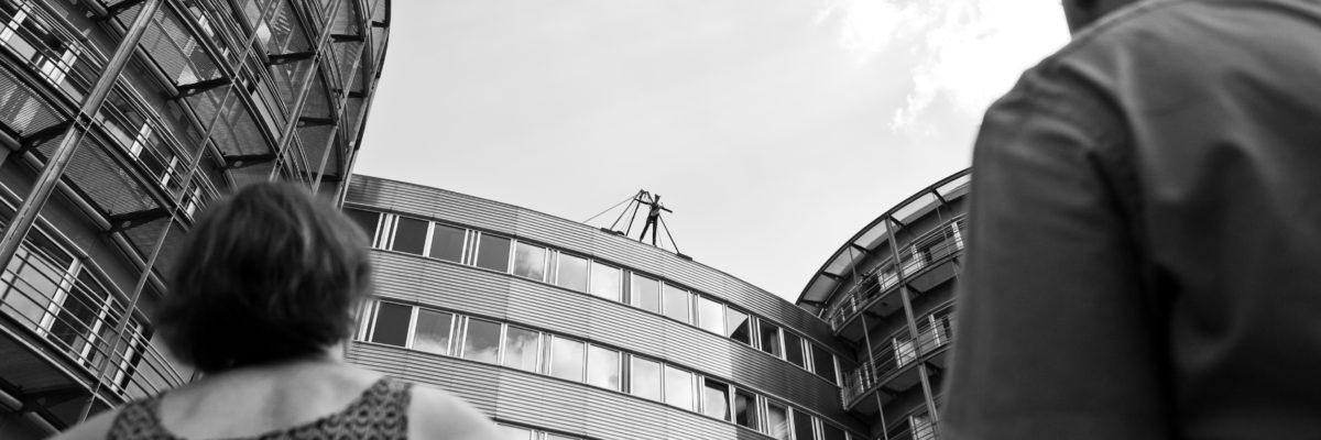 Catwoman auf dem Dach von Air Liquide in Frankfurt am Main, kurz vor dem Abseilen