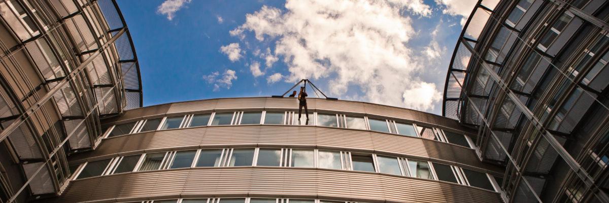Ines Weber auf dem Dach von Air Liquide in Frankfurt am Main, kurz vor dem Abseilen